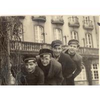Chłopcy z klasy IV B Gimnazjum i Liceum Handlowego, przy Grand Hotelu Sopot, 1949 r.