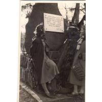 Przy Pomniku Marynarzy Alfreda Olichwierówna (z prawej) z koleżanką Sopot lata 50.XX w.