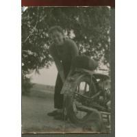 Alina Afanasjew pozuje koło motocyklu