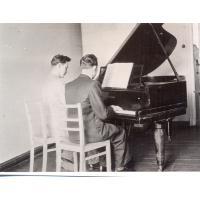 Antoni Poszowski ćwiczy z kolegą, Sopot ul. Grunwaldzka 1953 r.