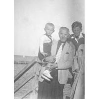 Andrzej Nowiński z bratem i ojcem, Sopot 1953 r.
