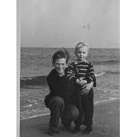 Andrzej Nowiński z bratem, Sopot 1950 r.