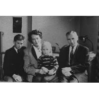 Andrzej Nowiński  z rodzicami i bratem, Sopot 1950 r.
