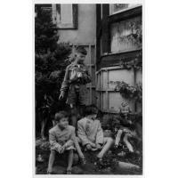 Andrzej Szymborski jako zuch w towarzystwie przyjaciół i wiernego psa przed domem przy ul. Mickiewicza 14, Sopot 1947 r.