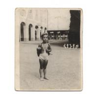 Anna Henschel w stroju kąpielowym przed wejściem na molo, Sopot 1934 r.