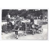 Artur siedzi na koniku, a Rafał powozi zaprzęgiem na deptaku Monte Cassino, Sopot 1976 r.