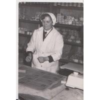 """Anna Kurowska - pracownik sklepu """"Społem"""" nr 7 na rogu ulic Kościuszki i Jagiełły, Sopot 1965-1969."""