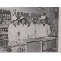 """Pracownice sklepu """"Społem"""" nr 7. W centrum stoi Anna Kurowska, Sopot 1965-1968."""