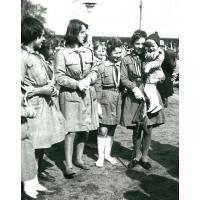 11 Sopocka Drużyna Harcerska. Anna Romankiewicz (z domu Sztobryn) jako dziecko drużyny na rękach harcerki, Sopot 1963 r.