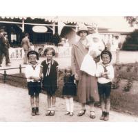 Rozalia Rowinas z dziećmi Dorotą, Helą, Anną (druga z lewej) Bruno i Hannesem, Łazienki Północne, Sopot 1931