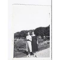 Józia Noskowiak i Anna Rozwadowska koło molo, Sopot 1960 - 1963 r.