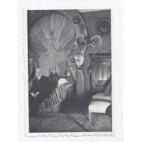 Antonio Wiatrak w tle pamiątki z dalekich podróży, 1951 r.