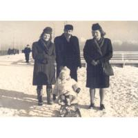 Od prawej Halina Skrzypek, Kazimierz Skrzypek i Wiesława Kotarska, na sankach Basia Skrzypek, Sopot 1947 r.