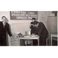 W środku Kazimierz Skrzypek (czyta), Urząd Miasta, Sopot lata 50. XX w.