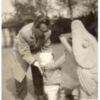 Beata Pachnik z tatą Romanem Szwemińskim, Sopot  lata 60. XX w.