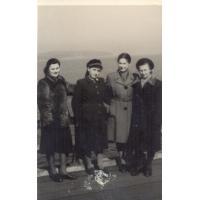 Jadwiga Budnik (druga z lewej), Sopot, lata 50. XX w.
