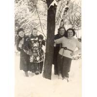 Jadwiga Budnik (pierwsza z lewej) z koleżankami, Sopot, l. 50. XX w.