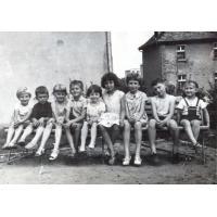 Podwórko na ul.  Malczewskiego, Beata Pachnik ( z domu Szwemińska) trzecia z lewej, Sopot l. 60. XX w.