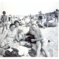Rodzina Szwemińskich na plaży, Sopot l. 60. XX w.