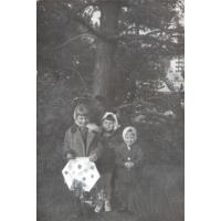 Siostry Beata (z latawcem) i Maria Szwemińskie z kuzynką ( w środku), pomiędzy ul. Malczewskiego, a Kraszewskiego, Sopot l. 60. XX w.