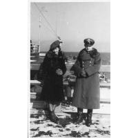 Eufozyna i Edward Trzeciakowie pozują na molo, Sopot 1946 r
