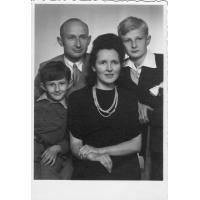Eufozyna i Edward Trzeciakowie z synami Bogdanem i Stanisławe, Sopot 1946 r