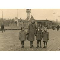 Pani Chatys z dziećmi, Grażyna Mazur z lewej, Sopot 1948 r.