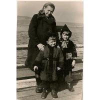 Sąsiadka Chatys z dziećmi Tadkiem i Bożeną, Sopot 1947 r.