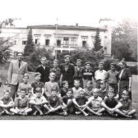 Chłopcy w towarzystwie wychowawcy Danielczyka i pani Heleny Wasilewskiej, Sopot po 1945 r.jpg