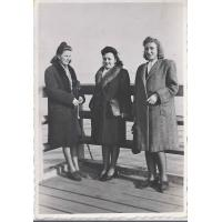 Daniela Jankowska (pierwsza z lewej) z koleżankami na molo. Zdjęcie wykonano z okazji rocznicy odzyskania morza, Sopot 07. 04. 1946 r