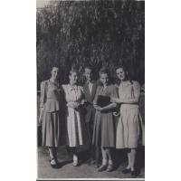 Daniela Jankowska z przyjaciólmi w parku, Sopot 1947 r