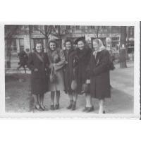 Daniela Janowska (pierwsza z prawej) z koleżankami, Sopot 27. 03. 1947 r