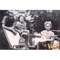Jacek Baszkowski oraz rodzeństwo Danuta, Maria, Piotr Czarneccy, Sopot 1951 r.