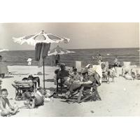 Rodzina Czarneckich i Włodarczyków na plaży, od lewej Piotr i Maria Czarneccy, Mieczysława (na leżaku), Władysław Włodarczyk,babcia Helena Czarnecka Sopot 1958 r.
