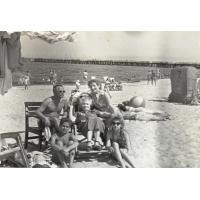 W środku Helena Czarnecka, za nią Władysław i Mieczysława (z domu Czarnecka) Włodarczyk, na piasku siedzą Zbigniew Włodarczyk i Maria Czarnecka,  Sopot 1958 r.