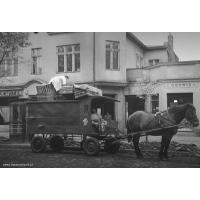 PSS Sopot rozwozi chleb transportem konnym po ul. Bohaterów Monte Cassino, Sopot połowa lat 50. XX w. Autor Ryszard Petrajtis.