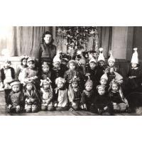 Dorota Starościak  ((z domu Bar) 1-sza z prawej w pierwszym rzędzie) w przedszkolu przy ulicy Curie-Skłodowskiej, Sopot 1952 r..jpg