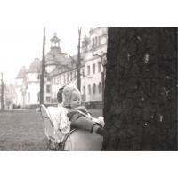 Dorota Starościak (z domu Bar) przed Zakładem Balneologicznym, Sopot 1951 r.