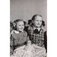 Dorota Starościak (z domu Bar) z Irenką, Sopot 1955 r.