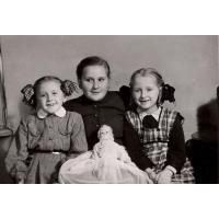 Dorota Starościak (z domu Bar) z sąsiadkami Irenką i Hanią, Sopot 1955 r.