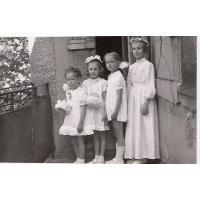 Dorota Starościak (z domu Bar) z sąsiadkami po procesji Bożego Ciała, Sopot 1956 r.