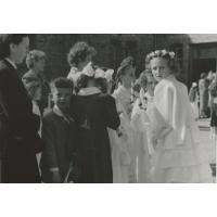 Pod kościolem św. Michała. Pierwsza Komunia Doroty Starościak (z domu Bar), Sopot 1959 r.