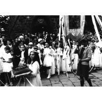 Procesja Bożego Ciała przy kościele św. Jerzego, Emilia Pakalska niesie poduszkę z koroną cierniową, Sopot 1965 r.
