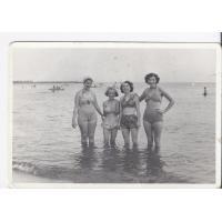 Ziuta Pakalska z kuzynką i koleżankami, Sopot 1951 r.