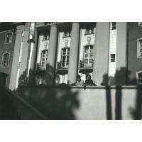 Ziutka Pakalska ze znajomą Joanną Piwowarczyk przed Grand Hotelem, Sopot, połowa lat 60 XX w.