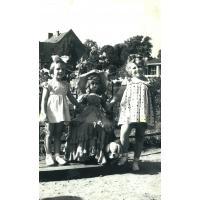 Emilia Pakalska z kuzynką Ewą pozują do zdjęcia, Sopot lata 60. XX w.