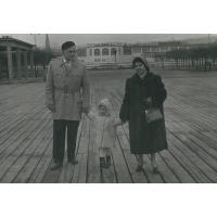 Tadeusz i Ziutka Pakalscy na spacerze z córką Emilią, Sopot 1958 r.
