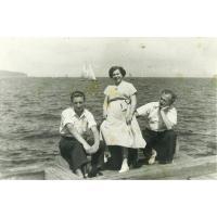 Ziutka Pakalska z mężem Tadeuszem (z prawej) i kolegą, Sopot 1955 r.