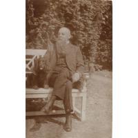 Ernst August Claaszen odpoczywa na ławce w ogrodzie sopockiej willi, ok. 1910-1920 r.