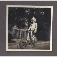 Ewa Niewęgłowska na rowerze, Sopot 1946 r.